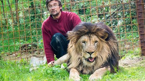 Michal Prasek và con sư tử nuôi từ năm 2016. Ảnh: BBC