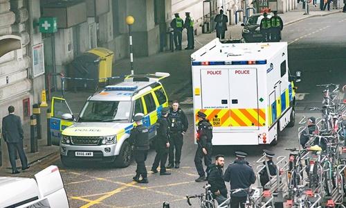 Cảnh sát phong tỏa nhà ga Waterloo sau khi bưu kiện bí ẩn được phát hiện. Ảnh: Cover Images.