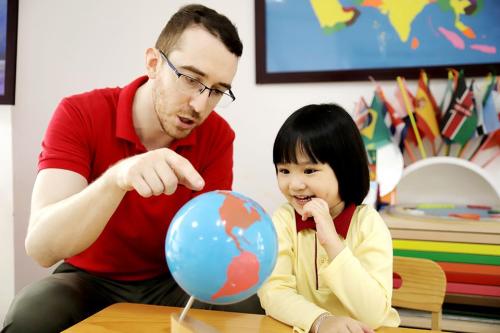 Học sinh Sakura Montessori khám phá những điều thú vị xoay quanh quanh nhiều chủ đề khác nhau cùng giáo viên bản ngữ.
