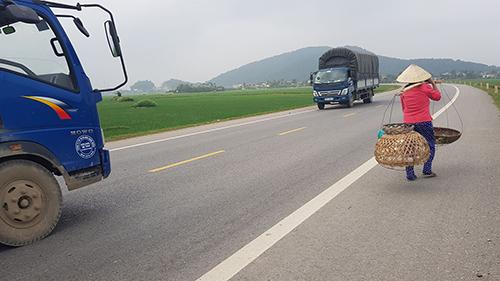 Tuyến đường vành đai phía Tây TP Thanh Hoá hiện có mật giao thông khá thưa thớt. Ảnh: Lê Hoàng.