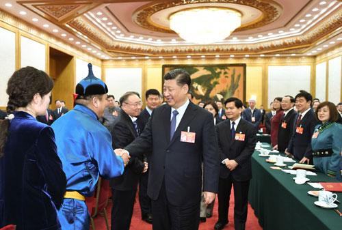 Ông Tập (hàng đầu, thứ ba từ trái sang) bắt tay các đại biểu quốc hội đến từ Nội Mông. Ảnh: Chinadaily.