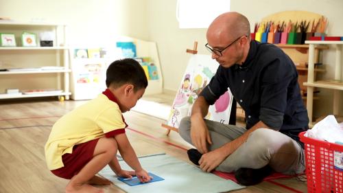 Thầy và trò trong giờ học theo chương trình tiếng Anh Jolly Phonicstại trườngSakura Montessori Hồ Chí Minh.