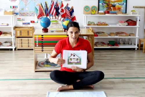 Trong các giờ học tiếng Anh ở Sakura Montessori, giáo viên bản ngữ luôn khơi gợi sự hứng thú khám phá ngôn ngữ qua những minh họa sinh động và ấn tượng.