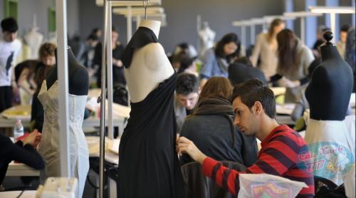 Lớp học thiết kế thời trang tại học viện Marangoni.
