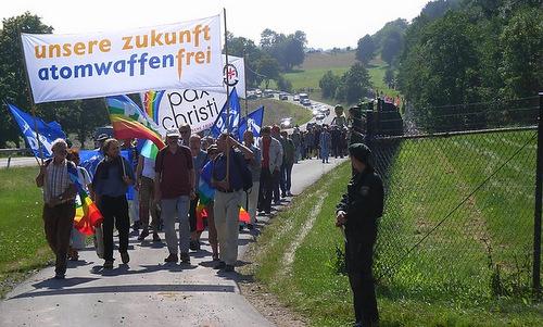 Người biểu tình phản đối việc cất trữ vũ khí hạt nhân ở Buechel. Ảnh: Wikipedia.
