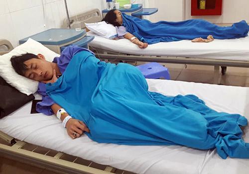 Các nạn nhân nhập viện sau khi ăn bánh mì. Ảnh: N.T.