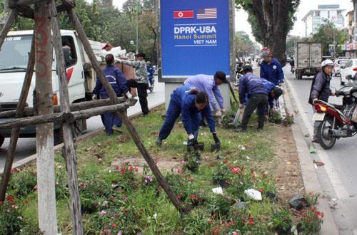 Công nhân Công ty cây xanh thu dọn những chậu hoa còn sót lại trên đường Kim Mã. Ảnh: NK.