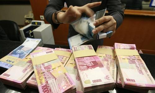 Một nhân viên giao dịch đếm tiền mặt tại ngân hàng ở thủ đô Jakarta, Indonesia. Ảnh: SCMP.