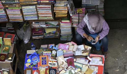 Một người bán hàng trên vỉa hè ở thủ đô Jakarta, Indonesia. Các tiểu thương và doanh nghiệp nhỏ là khách hàng của các sàn giao dịch P2P vì họ không đủ điều kiện vay ngân hàng. Ảnh: SCMP.
