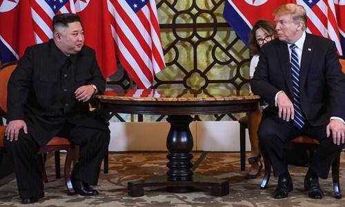 Tổng thống Mỹ (phải) và lãnh đạo Triều Tiên Kim Jong-un tại Hà Nội ngày 28/2. Ảnh: AFP.