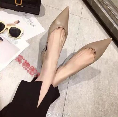 Giày mẫu là cao gót mũi nhọn...