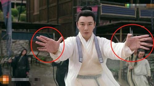 Dù dùng tay khắc chữ trên nền đá nhưng bàn tay của Trương Thúy Sơn vẫn sạch sẽ.