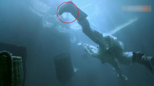 ...khi lặn xuống biển cứu Ân Tố Tố.