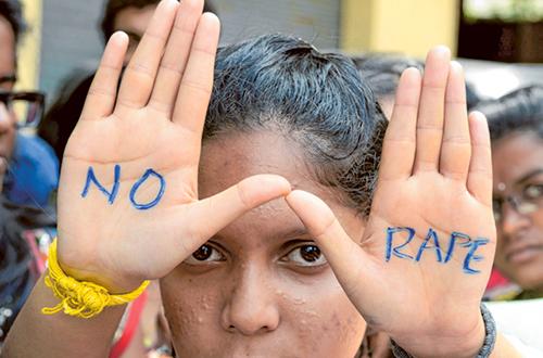 Sinh viên tham gia cuộc biểu tình phản đối nạn cưỡng hiếp phụ nữ ởHyderabad, Ấn Độ. Ảnh: AFP
