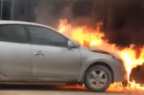 Ngọn lửa bao trùm đầu xe. Ảnh cắt từ clip.
