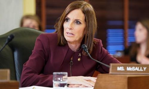 Thượng nghị sĩ McSally phát biểu trong phiên điều trần của Tiểu ban Lực lượng Vũ trang Thượng viện về ngăn chặn tấn công tình dục. Ảnh: Reuters.