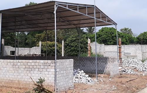Người dân xây dựng nhà cửa ồ ạt song không có mục đích ở nên không quan tâm đến chất lượng công trình. Ảnh: Lê Hoàng.