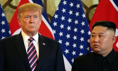 Tổng thống Mỹ Donald Trump (trái) và Chủ tịch Triều Tiên Kim Jong-un trong cuộc gặp tại khách sạn Metropole ở Hà Nội hồi tuần trước. Ảnh: Reuters.