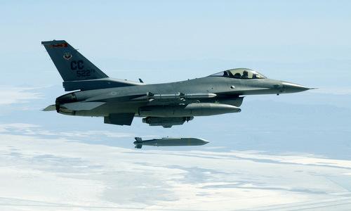 Tiêm kích F-16 Mỹ thả bom lượn tầm xa AGM-154 trong một cuộc thử nghiệm. Ảnh: USAF.