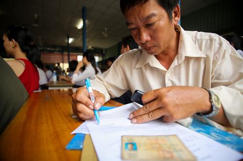 Ngườ dânSài Gònđi đổi giấy phép lái xesang vật liệuPET tháng 12/2016. Ảnh: Quỳnh Trần