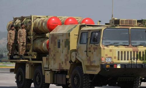 Xe phóng đạn của tổ hợp LY-80 Pakistan trong cuộc duyệt binh năm 2017. Ảnh: Twitter.