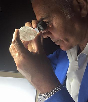 Ehud Arye Laniado một trong những chuyên gia hàng đầu về đánh giá kim cương thô