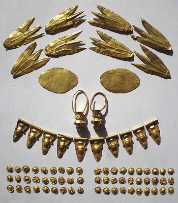Những đồ tạo tác bằng vàng trong ngôi mộ ở Crimea. Ảnh: Express.