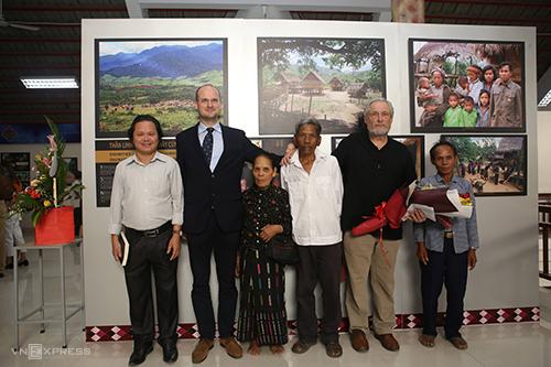 Tác giả Vargyas Gábor (thứ 2 bên phải) và khách tham quan người Bru Vân Kiều ở buổi khai mạc. Ảnh: Quang Hà