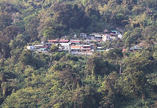 Làng tỷ phú Tắk Lang nằm giữa rừng sinh với nhiều nhiều ngôi nhà cao tầng mọc lên. Ảnh: Đắc Thành.