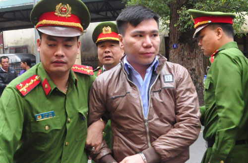 Châu Việt Cường bị cảnh sát áp giải trong sáng 7/3.