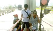 Người dân vào trạm BOT Ninh Lộc ghi chép số lượng xe