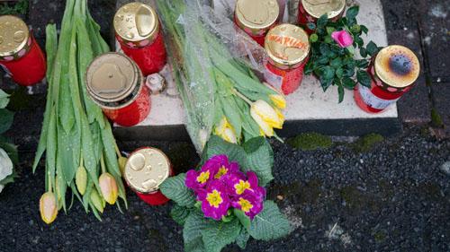 Người dân đặt hoa tưởng niệm bác sĩ qua đời do vụ nổ hôm 1/3 ở bang Rheinland-Pfalz, Đức. Ảnh: USA Today.