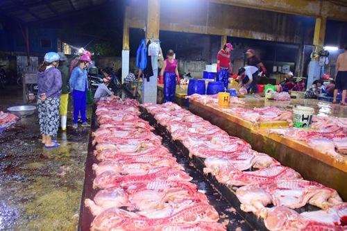 Lò mổ ở chợ đầu mối phường Phú Hậu là điểm giết mổ tập trung lớn nhất tỉnh Thừa Thiên Huế. Ảnh: Ngọc Minh