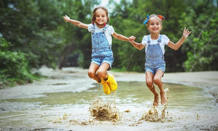 Hoạt động ngoài trời giúp trẻ cảm thấy hạnh phúc. Ảnh: Stroller Envy