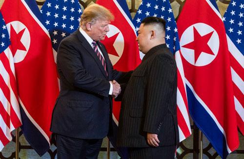 Tổng thống Mỹ Donald Trump (trái) bắt tay lãnh đạo Kim Jong-un tại khách sạn Metropole, Hà Nội hôm 28/2. Ảnh: AFP.