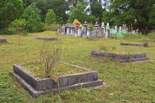 Nhiều ngôi mộ giả người dân lập nên trong khu vực dự án để chờ tiền đền bù. Ảnh: Võ Thạnh