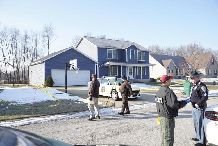 Cậu bé trộm súng của người bố làm cảnh sát từ chiếc xe (trắng) đỗ trước nhà. Ảnh: Tribune Photo/SANTIAGO FLORES.