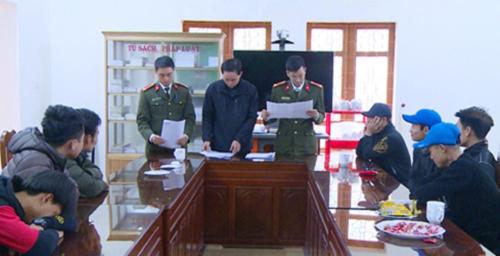 Nhóm người ở huyện Hậu Lộc đang tổ chức vượt biên thì bị cảnh sát ngăn chặn. Ảnh: L.S.