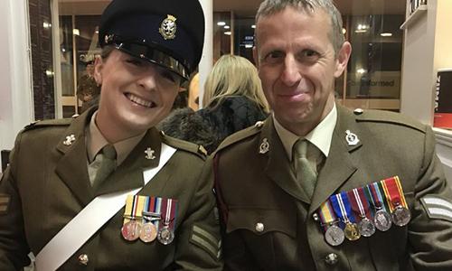 Hạ sĩ  Aishlen Taylor (bên trái) chụp ảnh cùng một bác sĩ quân y. Ảnh: Forces.
