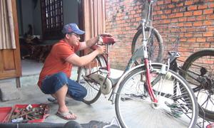 Thầy giáo sửa xe đạp tặng học sinh nghèo vùng cao