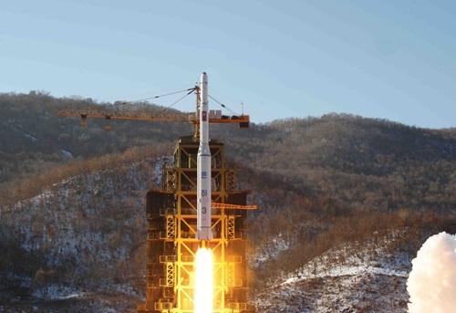 Tên lửa Unha-3 được phóng từ bãi thửSohae của Triều Tiên hồi năm 2012. Ảnh: AP.