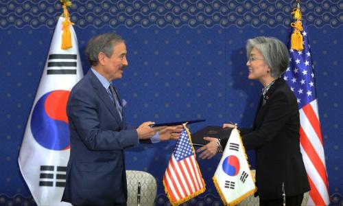 Ngoại trưởng Hàn Quốc Kang, phải và Đại sứ Mỹ Harris trao thoả thuận đã ký hôm nay. Ảnh: AP.