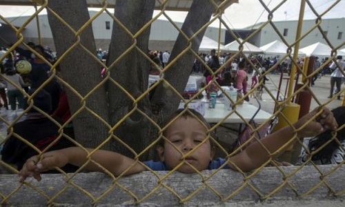 Một bé trai người Honduras ở khu vực dành cho người nhập cư trái phép vào Mỹ gần biên giới Mexico hồi tháng 2/2018. Ảnh: AFP.