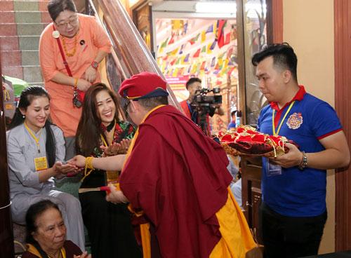 Đức Gyalwang Drukpa gửi lời chúc mừng đến nữ phật tử. Ảnh: Drukpa.