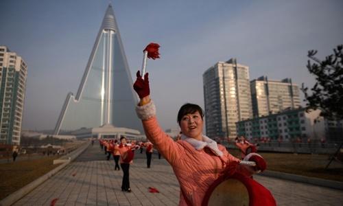 Thành viên hội phụ nữ đánh trống trong màn biểu diễn. Ảnh: AFP.