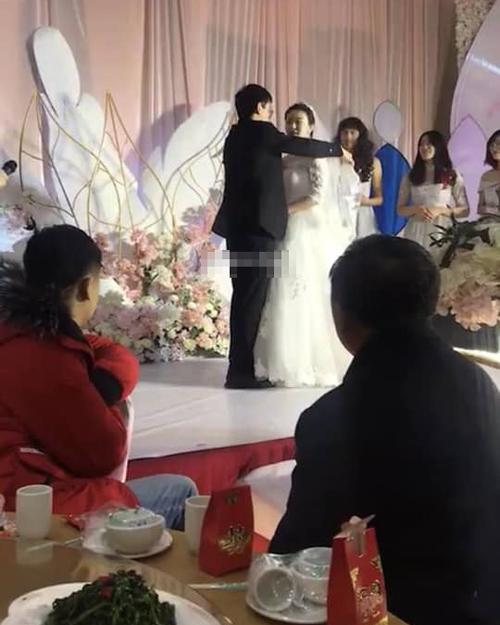 Đám cưới gây chú ý bởi nhân vật đứng phía sau.