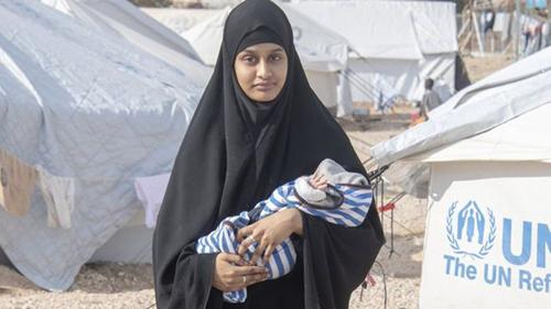 Shamima Begum và đứa con thứ ba trước khi cậu bé qua đời. Ảnh: BBC