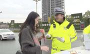Cảnh sát Trung Quốc tặng hoa và thiệp viết tay nhân ngày Quốc tế Phụ nữ