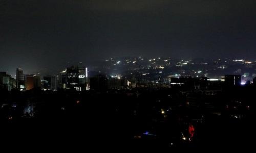 Thủ đô Caracas chìm trong bóng tối, chỉ còn ánh sáng từ một vài tòa nhà sử dụng điện từ nhà máy phát điện tư nhân. Ảnh: Reuters.