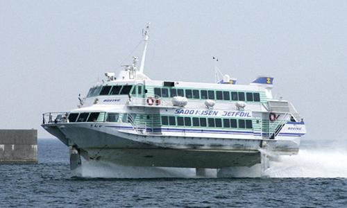 Phà chở khách từ đất liền tới đảo Sado. Ảnh: Kyodo.